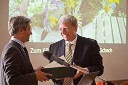Der Rektor der TU Dresden, Prof. Hans Müller-Steinhagen, gratuliert dem Dekan der Fakultät Bauingenieruwesen, Prof. Rainer Schach, zum Geburtstag